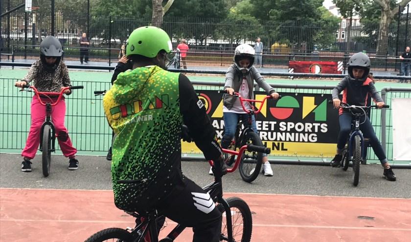 De leerlingen van Sterrenschool de Globetrotter volgen een workshop BMX.