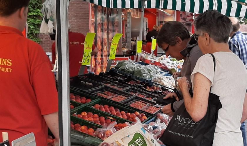 Foto weekmarkt Aalten met acteur Jan van den Hammen.