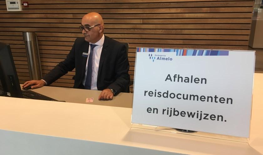 Medewerkers van de gemeente Almelo staan klaar om ook de digitaal aangevraagde rijbewijzen af te geven