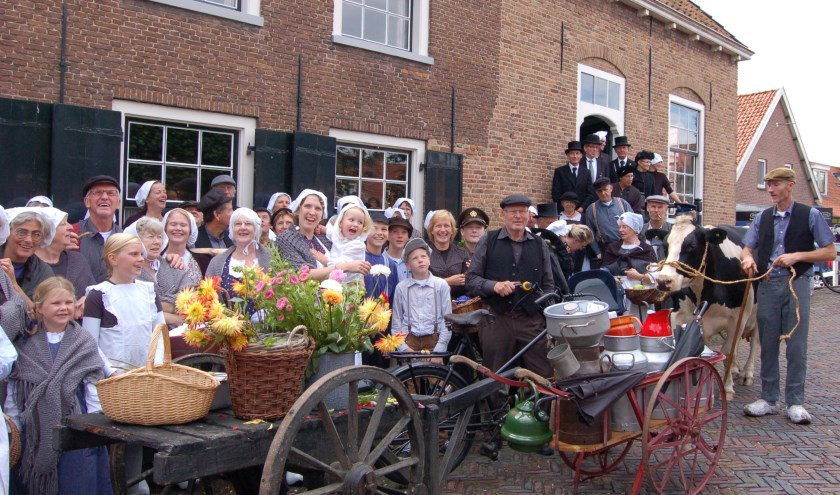 Oude streekdracht, klompen, praam, handkarren, wagens en figuranten voeren folkloristisch Linschoten zaterdag terug in de tijd. (Foto: S. de Wit Lempers)