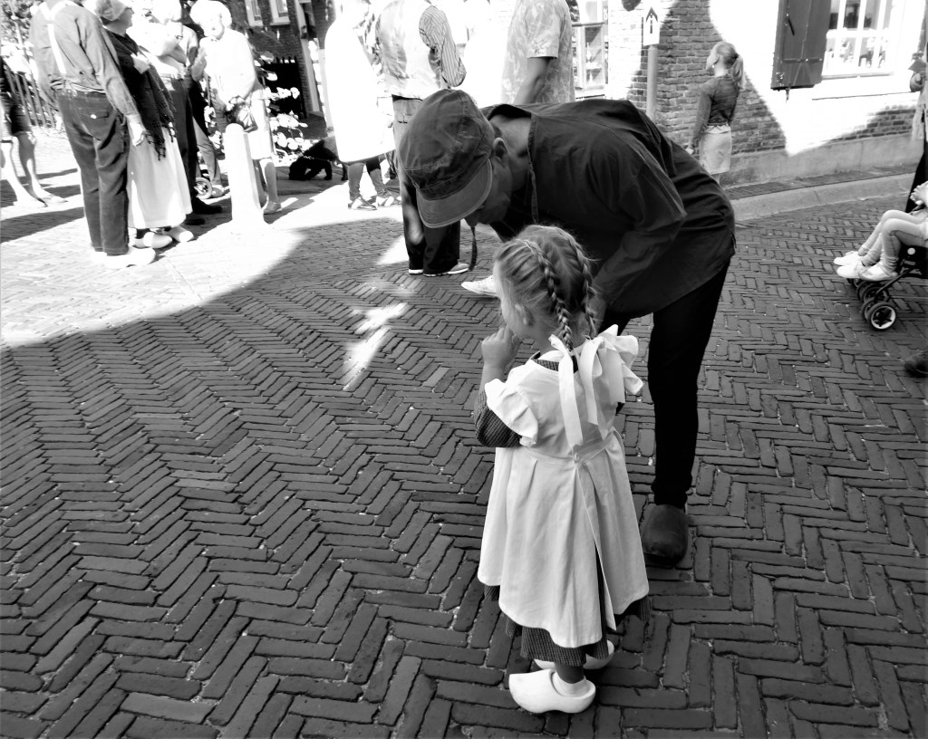 Ook dit meisje had haar mooiste jurkje aan en mooie strikken in haar haar. Foto: Ria de Wit © DPG Media