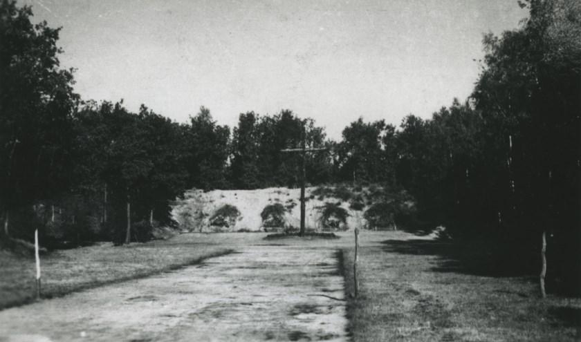 Op de fusilladeplaats maakten twee Vughtenaren na de oorlog een groot houten kruis, om de gevangenen te herdenken die hier waren doodgeschoten.