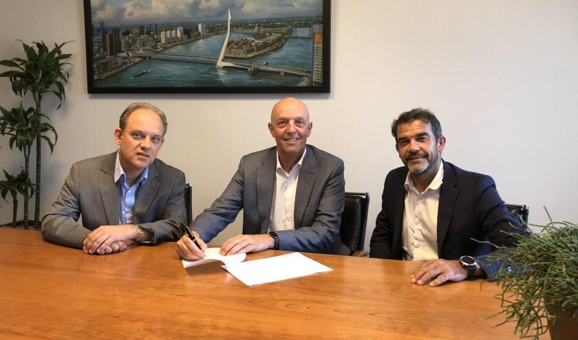 Op de foto tekent directeur Jaap Kruithof van Crossing Borders Development (midden) de akte van levering met ASz-directeur Peter van der Meer (rechts) onder toeziend oog van notaris Hans Koppelaar. (Foto: pr)