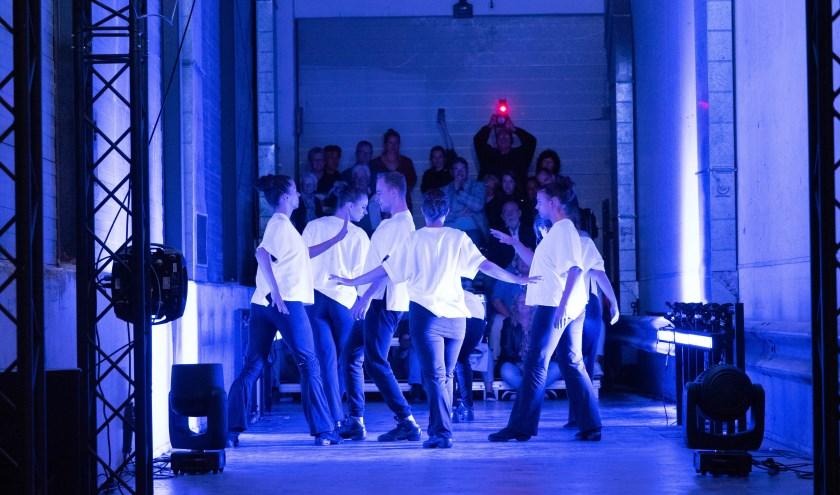 Dansen op de laad- en losplek. Foto: Ron Jenner