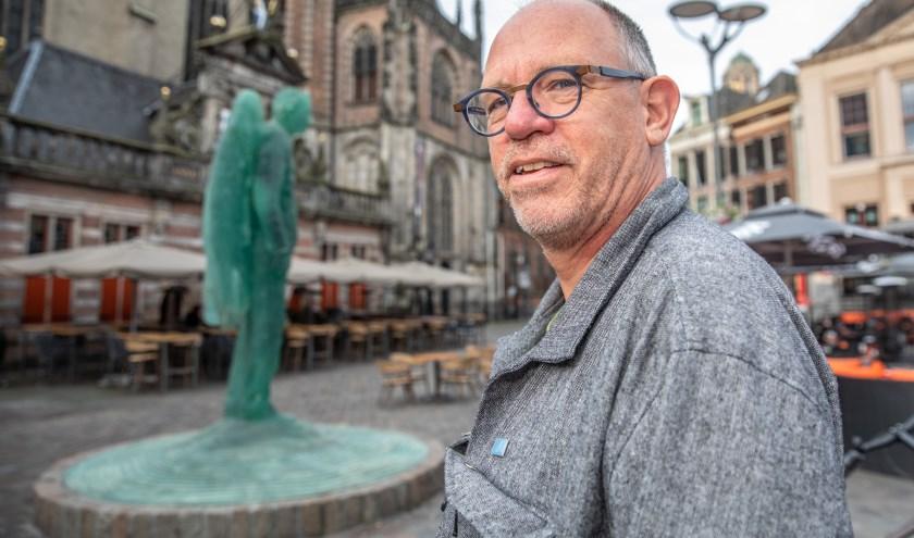 Henk Snel bij het beeld van engel Michael.