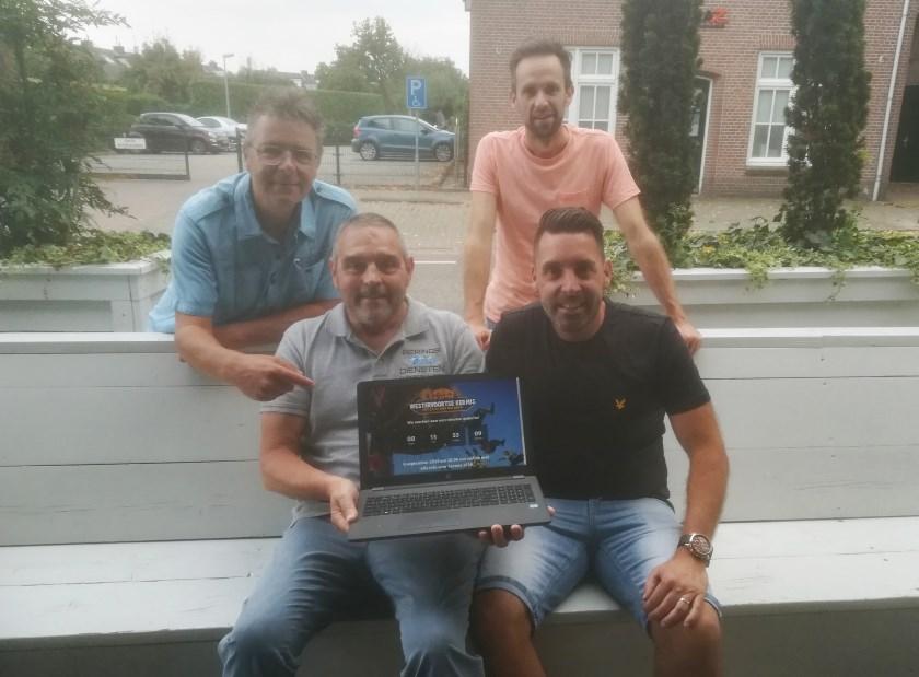 Ferdinand van den Oord (links staand) en Tim Koenen van de Stichting Kermis Westervoort met de makers van de nieuwe website: Jeroen Berings (links zittend) en Martijn Schouten.