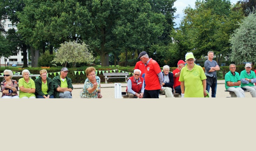 Wedstrijdbeeld van het Elfdorpentoernooi 2018 met rechts (in groen shirt) de latere winnaar Annie van Zwam. (foto Carel Thijssen)