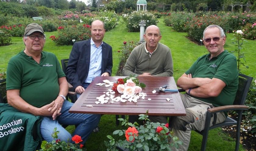 V.l.n.r.: Jan den Haan, Rogier van Boxtel, Rien Vurens en Simon de Jong. Het nieuwe bestuur neemt het stokje over.