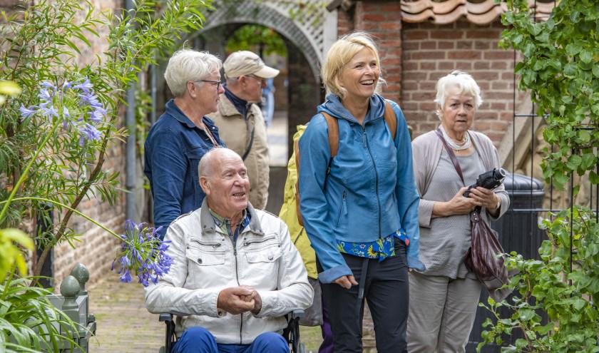 Anita Witzier ontmoet met vrijwilligers van De Zonnebloem.