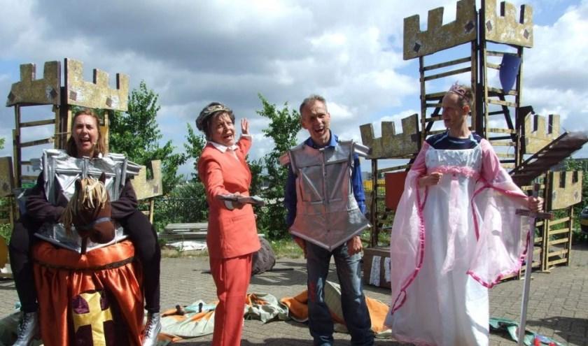 Theaterduo Kees en Koos spelen zondagmiddag 'Ridders!'. De vrolijke speelse boodschap is: iedereen mag meedoen in de avontuurlijke voorstelling. Foto: Carolien Paasman.