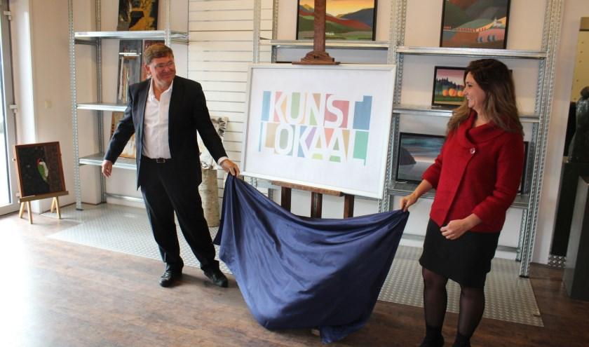 Wethouder Cegerek en directeur van der Ven onthulden het logo van het KunstLokaal in Wapenveld.