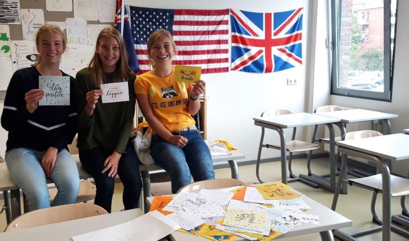 Rebecca, Geertje en Carlijn uit klas 3A met alle briefkaarten die inmiddels onderweg zijn naar El Paso. (Foto: Privé)