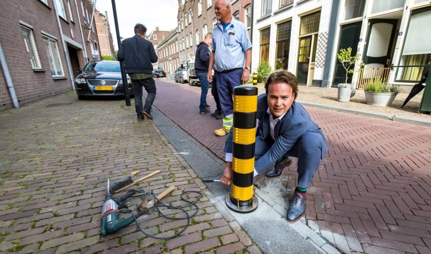 In de strijd tegen verkeers- en parkeeroverlast komen er kunststofpaaltjes. (foto: Jan Bouwhuis)
