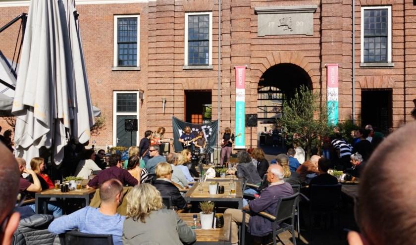 Bij de vorige editie genoot het publiek ook buiten op het Kerkplein. Foto: Hans Pieters