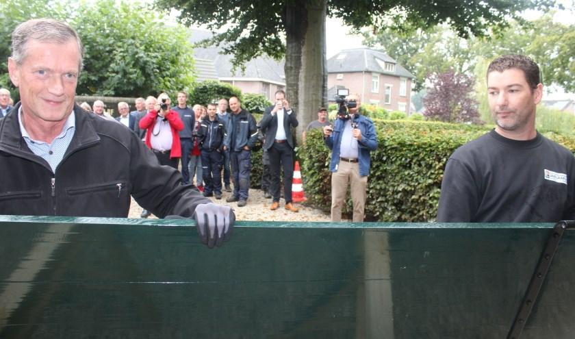 De medewerkers Klaas en Gerrit van bouwbedrijf van Laar plaatsten de laatste luiken als afronding van de restauratie.