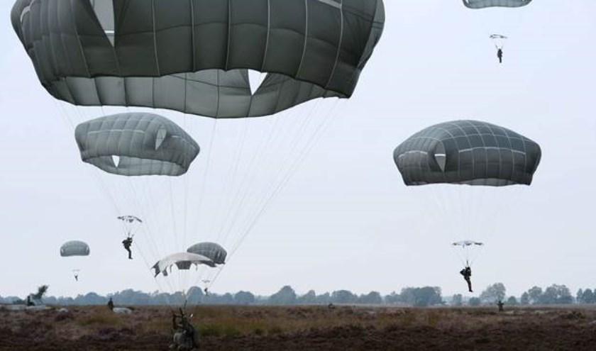 Parachutisten landen tijdens het 70- jarige jubileum van de Airborne operatie in Arnhem. De parachute sprong vond plaats boven de Britse landing zone 'Y' in Ede. (foto: UK Ministry of Defence)
