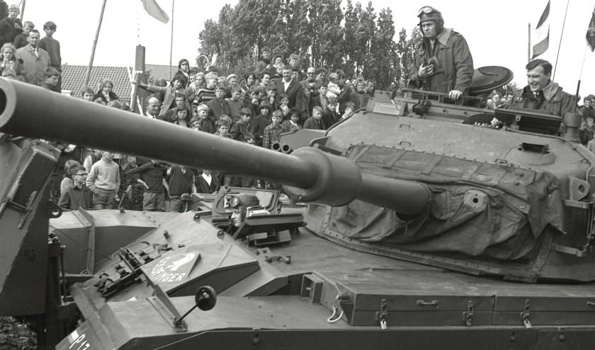 Met een tank geeft burgemeester Gerard Scholten in 1968 het startsein voor het herstel van de Heusdense vestingwerken. Foto: SALHA