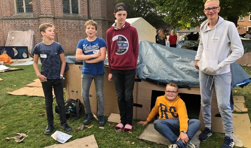 De jongeren brachten in zelfgemaakte (kartonnen)hutjes de nacht door in Well.