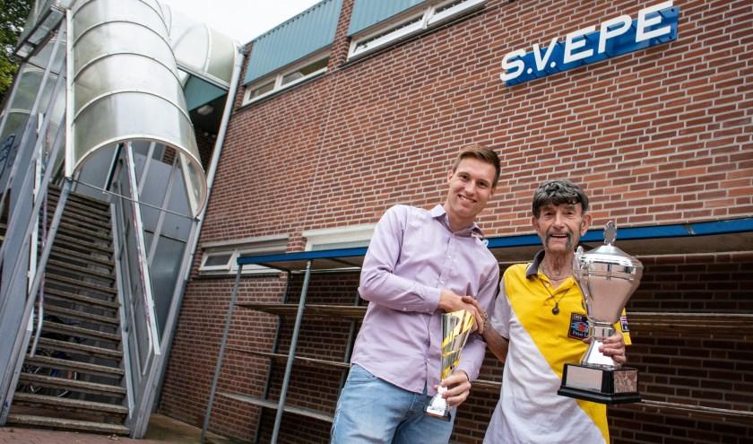 Stefan Lokhorst van SV Epe neemt de Topscorers Bokaal in ontvangst van Arend Vinke. (foto: Dennis Dekker, www.mediamagneet.nl)