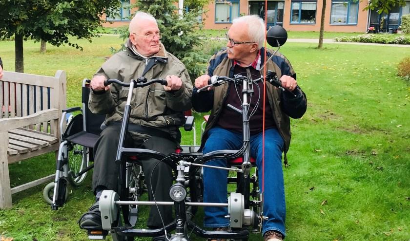 De 94-jarige heer Langkamp, bewoner van De Posten, metHenk Siekmans, de voorzitter van de wijkraad Wesselerbrink.
