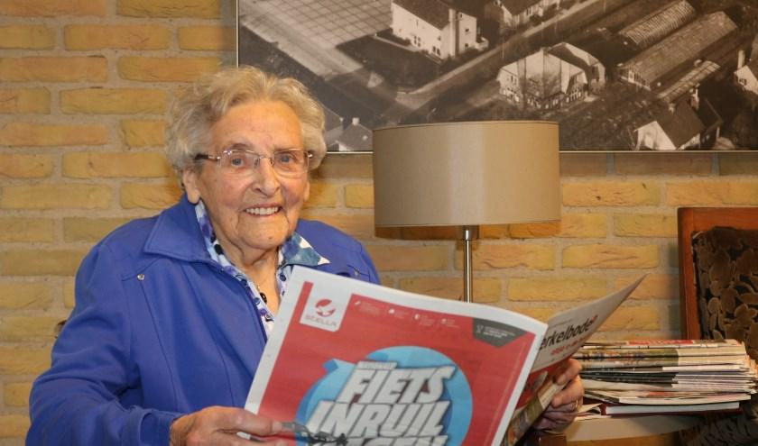 De honderd jarige Johanna Groot Wesseldijk - Bouwmeester leest nog iedere dag de krant. (Foto: Arjen Dieperink)