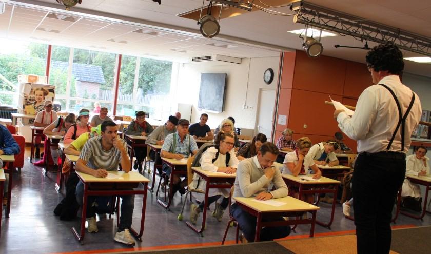 In basisschool St. Joan moest er verkleed als schoolkind worden deelgenomen aan het Zurriks dictee.