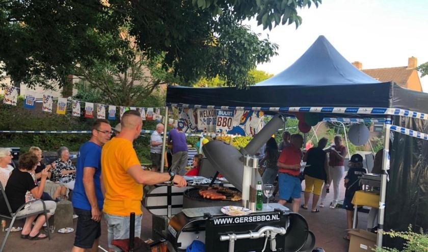 De tweede buurtbarbecue. (Foto: Privé)