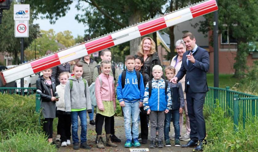 De kinderen van de Wethouder Brederodeschool lopen samen met wethouder Björn Lugthart naar school