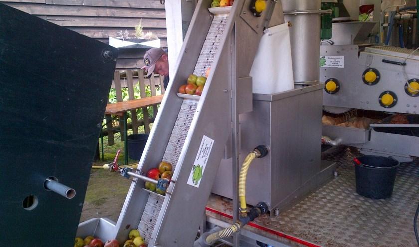 Het wassen van het fruit. Foto: Jan Waalen