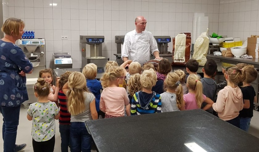 De kinderen genoten van het opeten van de chocolade. (Foto: Privé)