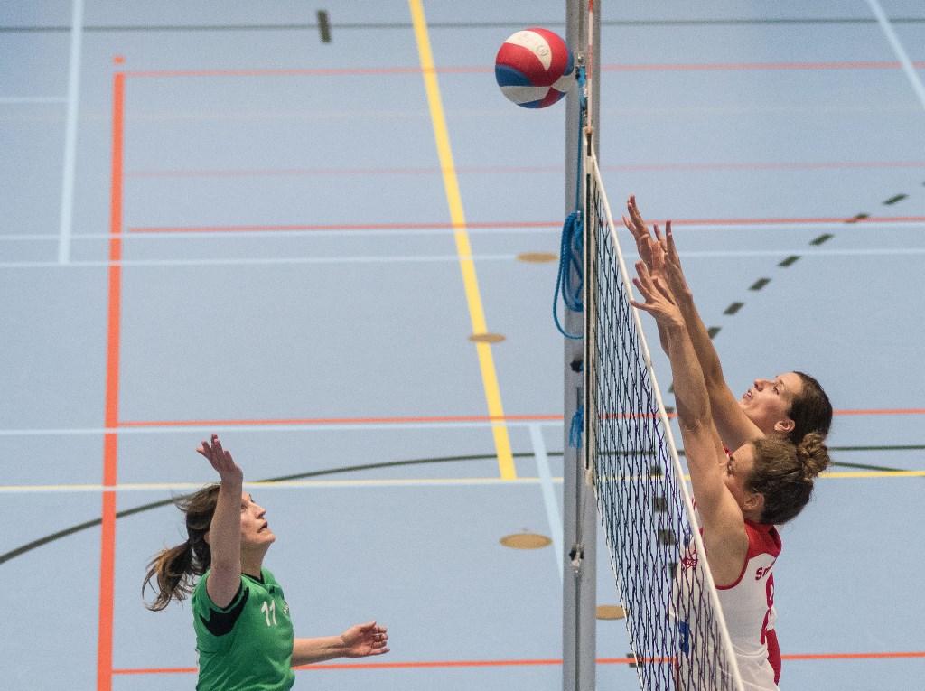 Tabitha Zanen en Liesbeth Tuijtel zetten een blokkering. (Foto: Henk Ossel)  © DPG Media