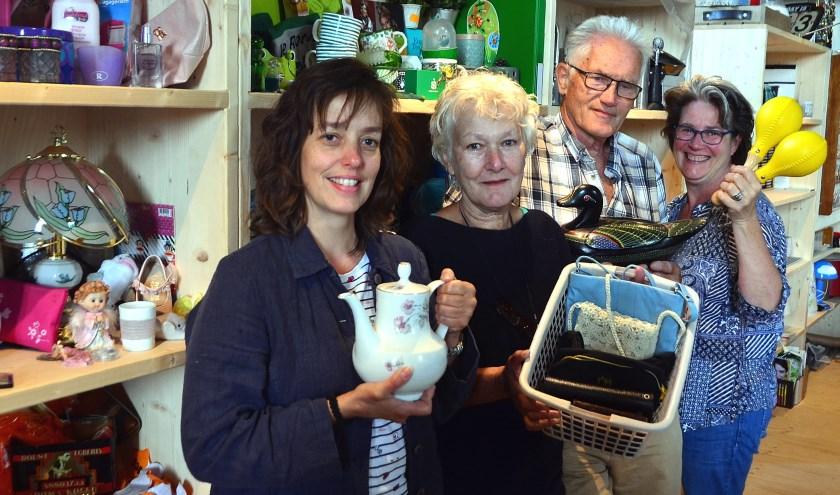 Medewerkers van de nieuwe Weggeefwinkel: Audrey den Boer, Fennie van Rijsbergen, Aad Moerman en Jasha Garritsen (Foto Frans Assenberg).