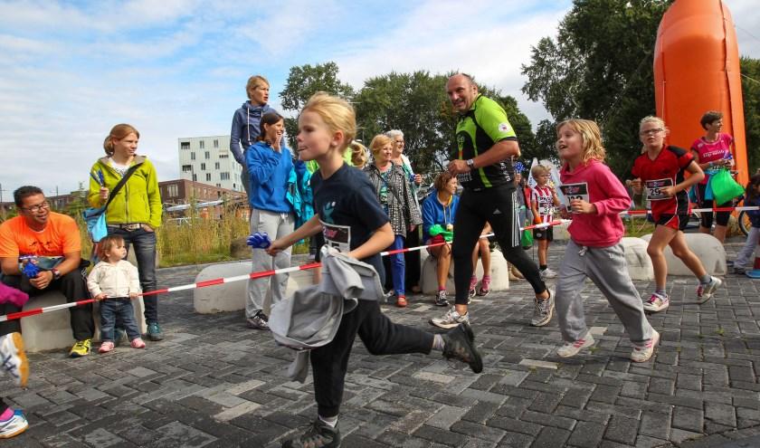 Groot en klein, jong en oud verschijnen aan de start van de diverse lopen tijdens Meerhoven24 in Meerhoven. FOTO: Bert Jansen.