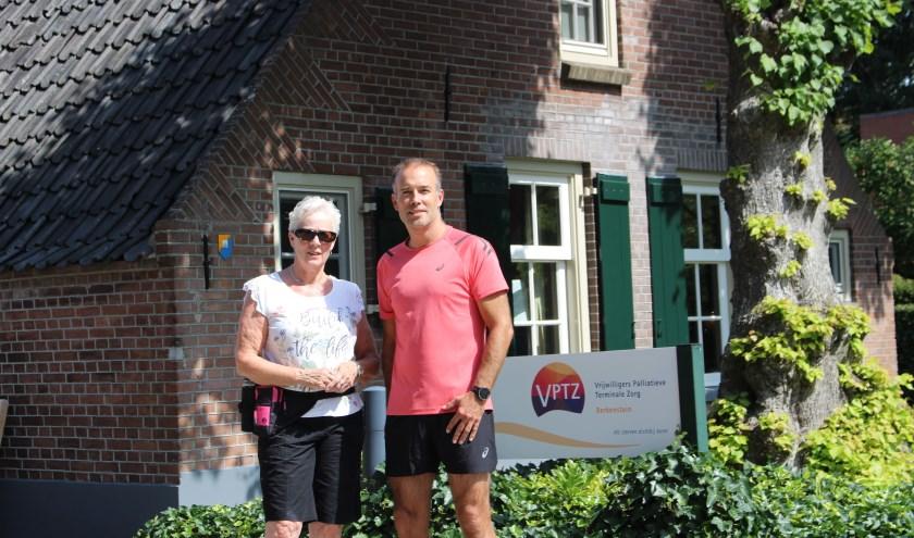 Ria de Man en Richard van Keulen voor Hospice Berkenstein, vertrekpunt van 'Run of Wandeling voor Hospice Berkenstein'. (Foto: Christine Dijk)