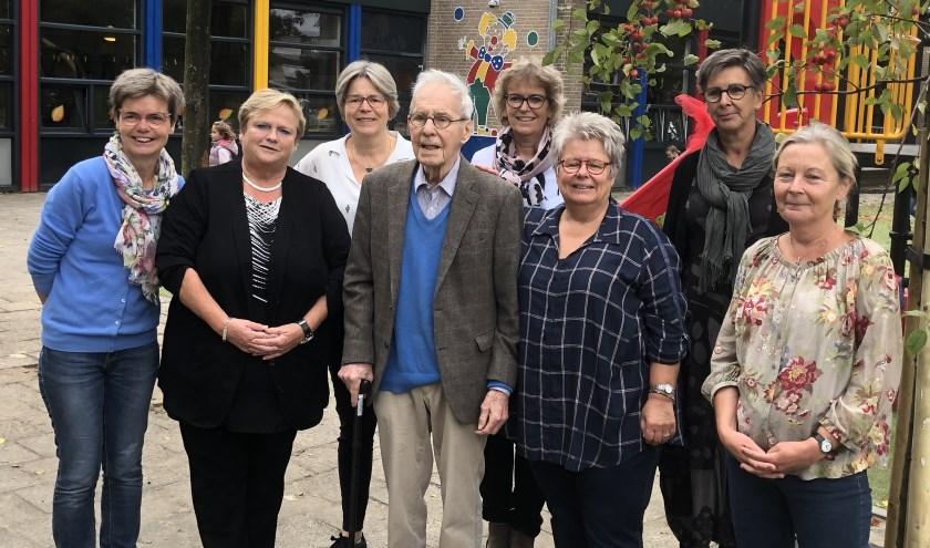 Juf Margreet rechts van oud-directeur H. ter Heege en enkele mede-kleuterleidsters van de vroegere opleidingsschool voor kleuterleidsters.