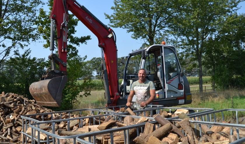 Arjan van de Groep voor zijn kraan bij het hout. (Foto: Karin Stronks)