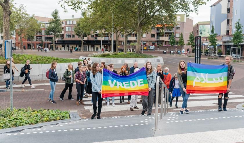 Walk of Peace van middelbare scholieren  door centrum van ZEIST. Scholieren van de Breul en de Vrije Hoge school Zeist gaan in gesprek met burgmeester Koos Janssen over het onderwerp vrede.