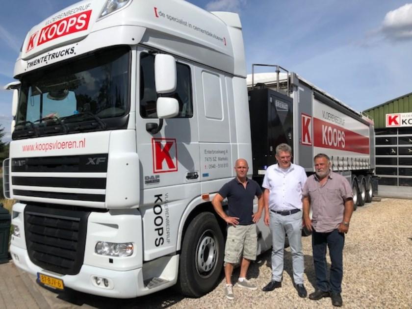 Foto v.l.n.r.: Richard Koops, wethouder Johan Coes, Geert Koops. Eigen foto