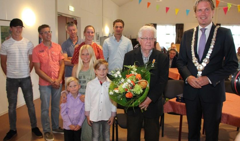 Opa van der Waag was totaal verrast door het lintje. (foto: Martin M. Marcus)