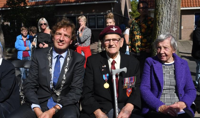 Burgemeester René Verhulst zit tussen veteraan Sam Kendrick en ooggetuige mevrouw M.Onink-Van Manen.