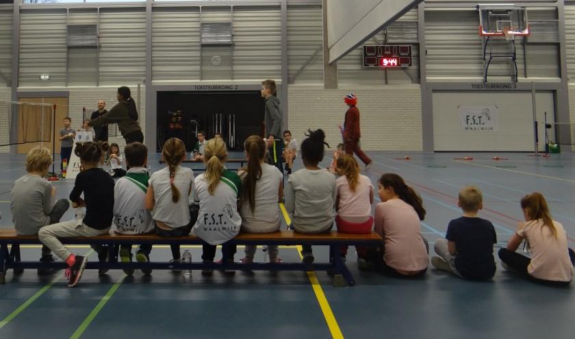 Badmintonclub FST verzorgt badmintonclinics op basisscholen. Kinderen reageren zo enthousiast, dat er op woensdag 16 oktober een schoolbadmintontoernooi wordt georganiseerd voor kinderen tussen circa 10 en 13 jaar.