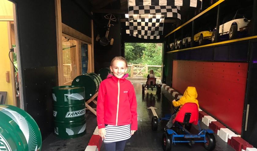 De 11-jarige Isa ,uit de kinderraad van Plaswijckpark, in de nieuwe attractie 'Pitstraat'.