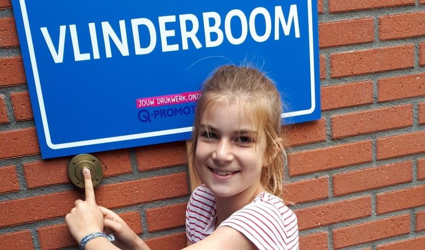 Fee Beerens, leerling van de Hooibeestjes, drukt elke schooldag om precies 8.20 uur op de bel.