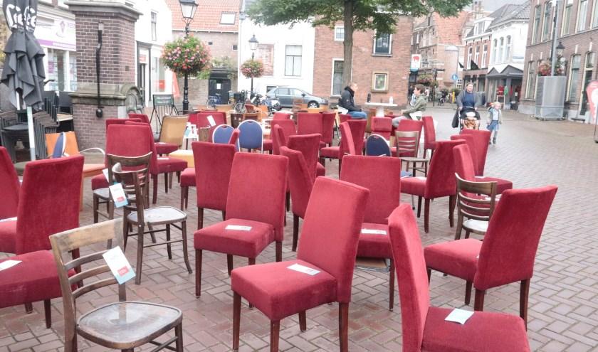 Op de Varkensmarkt stonden 93 lege stoelen om de voorbijgangers te waarschuwen voor de 93 verleersslachtoffers die in Gelderland omkwamen.