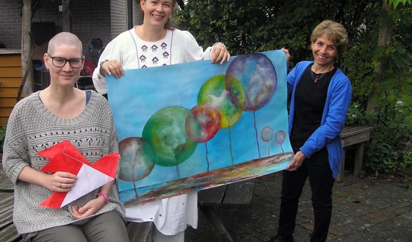 Rosemarijn (l), Esther en Nuran met het ontwerp van de vlag. (foto Gerreke van den Bosch)