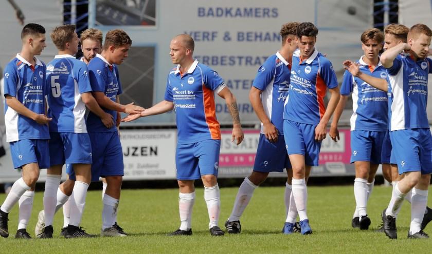 Spelers van Zuidland vieren een doelpunt in de bekerwedstrijd tegen OSV Oud-Beijerland (foto: John de Pater)