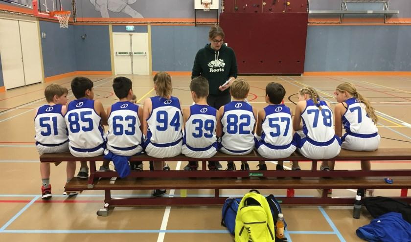U12-1 van Basketiers'71 luistert voor aanvang van de wedstrijd aandachtig naar de laatste aanwijzingen. (foto: Basketiers'71)