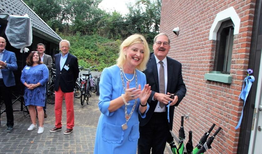 De officiële opening werd verricht door  burgemeester Reini Melissant-Briene en hoofdsponsor Dhr. Sullmann. (Foto: Cok Slijkoord)