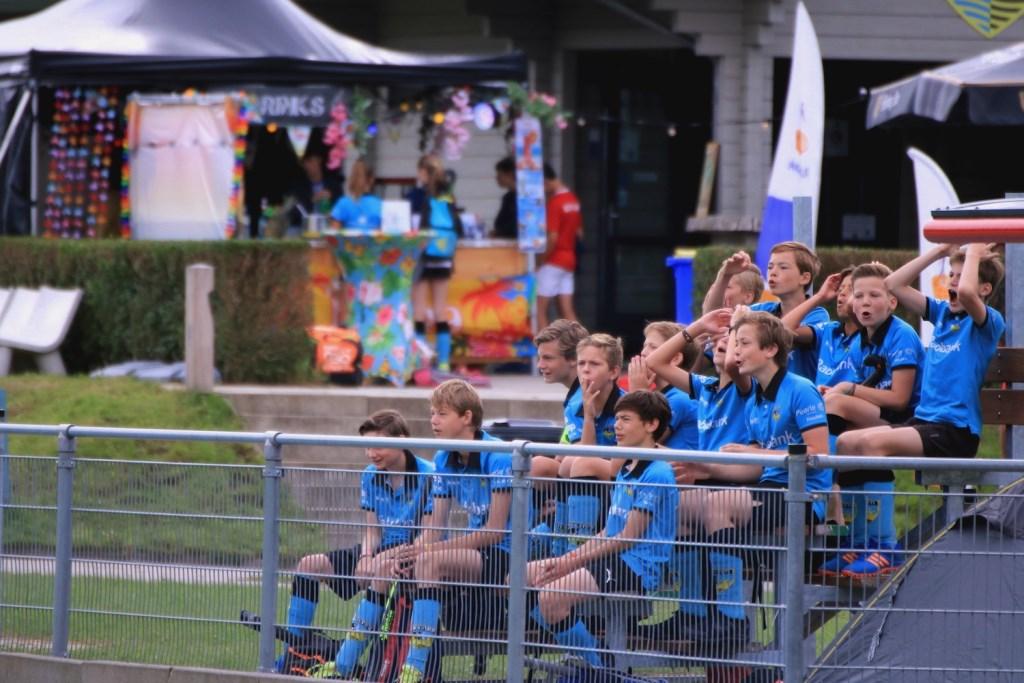 Dorsteti jongensteam moedigt een ander Dorsteti team aan, op de nieuwe tribune.  Anita van Kooten Niekerk Fotografie © DPG Media