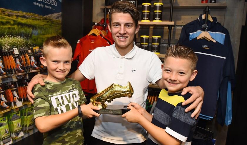 Alexander Megens (midden) won afgelopen jaar de Gouden Schoen, uitgereikt door Fabio (links) en Sem.